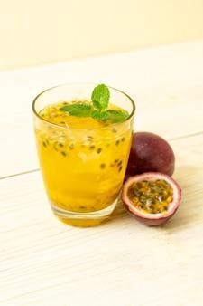 フレッシュでアイスのパッションフルーツジュース-健康的な飲み物