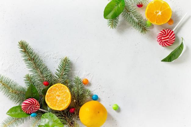 新鮮でジューシーな怒りの雪と石やコンクリートのテーブルの上のさまざまなクリスマスのお菓子