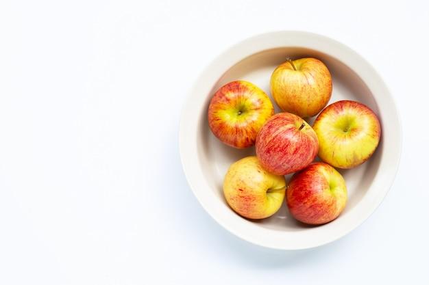 Свежие и сочные яблоки в миске isoalted
