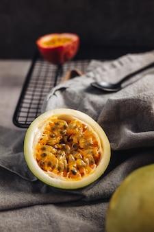 Свежие и сочные сырые фрукты маракуйи на столе