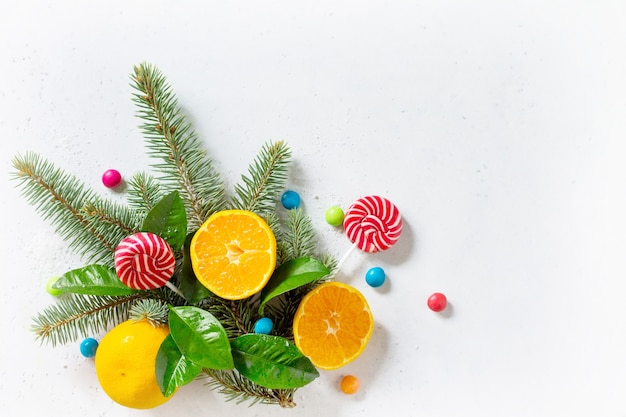 新鮮でジューシーなみかんの雪とさまざまなクリスマスのお菓子