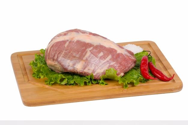 Свежее и сырое мясо говядины на разделочной доске на белом фоне.