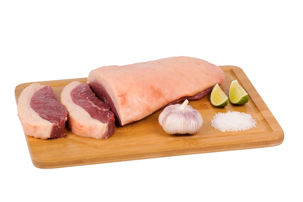 白い背景のまな板に新鮮な生の牛肉。