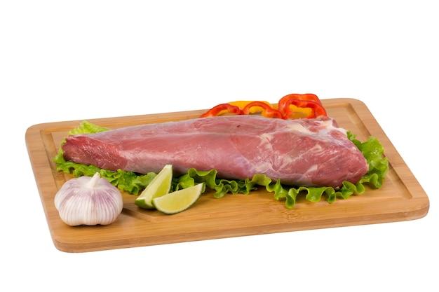 Свежая и сырая говядина на разделочной доске.