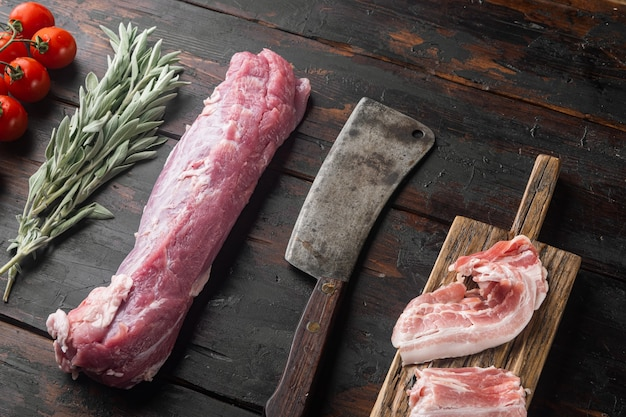 신선하고 생고기. 등심 돼지 고기 등심 돼지 고기 필렛 재료와 그릴 또는 베이킹, 세이지, 오래 된 어두운 나무 테이블에 오래 된 정육점 칼로 설정된 potatoe