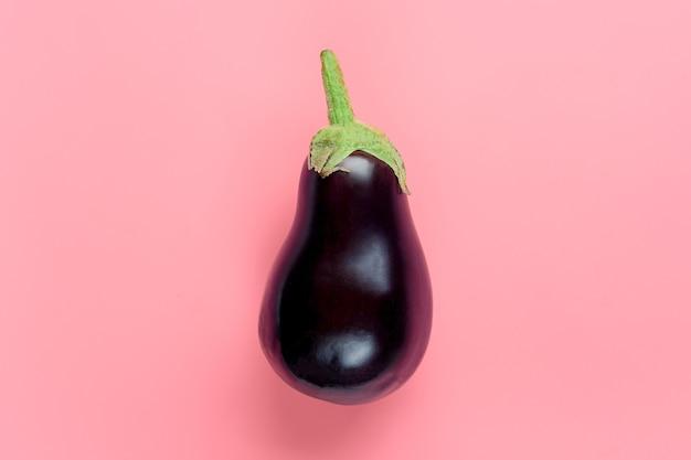 分離された新鮮な生の紫色のナス