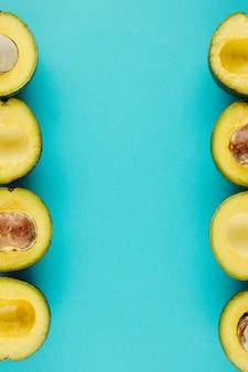 밝은 파란색 표면에 신선하고 잘 익은 아보카도, 건강한 스낵 배경