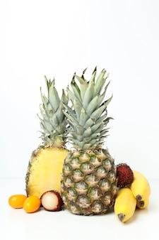 흰색 바탕에 신선하고 익은 이국적인 과일.