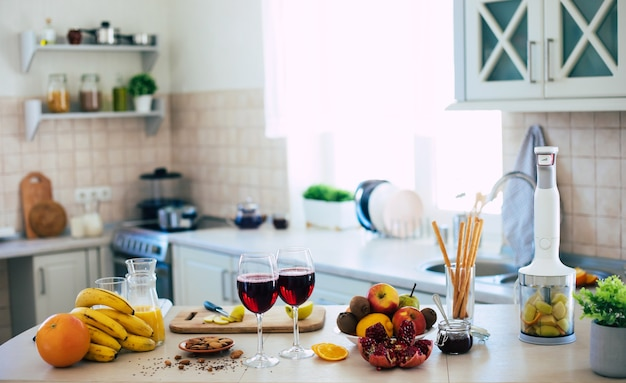 Композиция из свежих и спелых фруктов на столе на домашней кухне