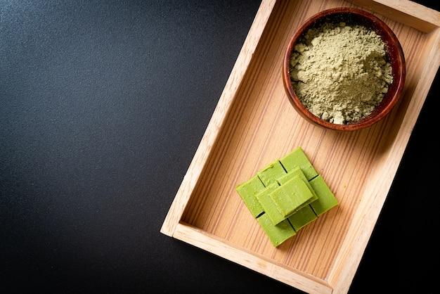 Свежий и мягкий шоколад с зеленым чаем матча и порошком зеленого чая матча