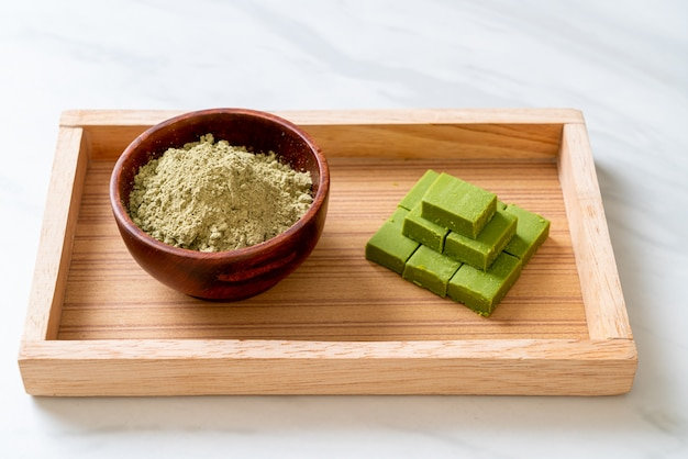 Свежий и мягкий зеленый чай матча, шоколад с порошком зеленого чая матча