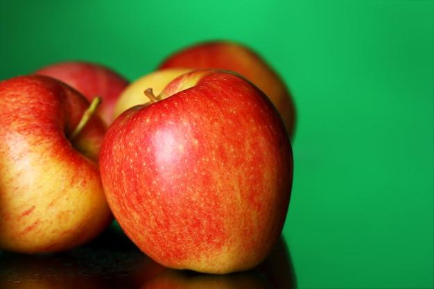 Свежие и вкусные яблоки