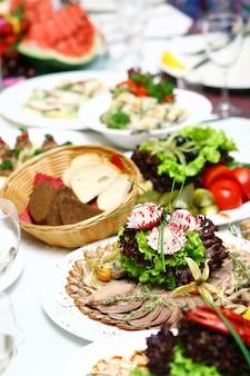 Свежая и вкусная еда на столе