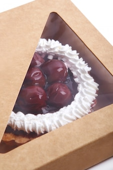 Свежий и вкусный фруктовый торт внутри коробки