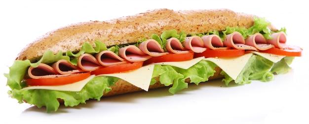 Свежий и вкусный бутерброд