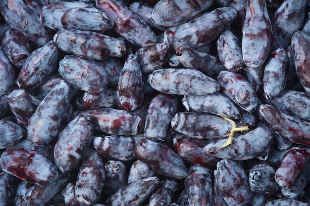 Свежие аппетитные ягоды на фоне жимолости
