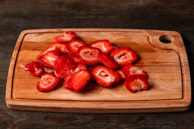 스무디, 잼 또는 설탕에 절인 과일을 만들기 위해 사용할 준비가 된 유리 그릇에 신선한 식욕을 돋우는 붉은 익은 딸기