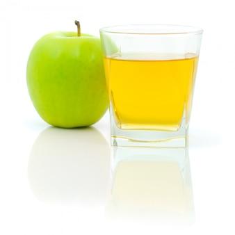 新鮮なリンゴと分離されたジュースのガラス