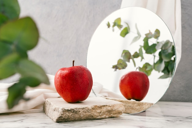 거울 옆에 신선한 사과