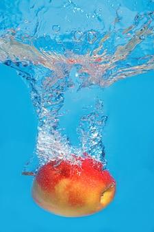 푸른 공간에 스플래시 물에 신선한 사과 상품
