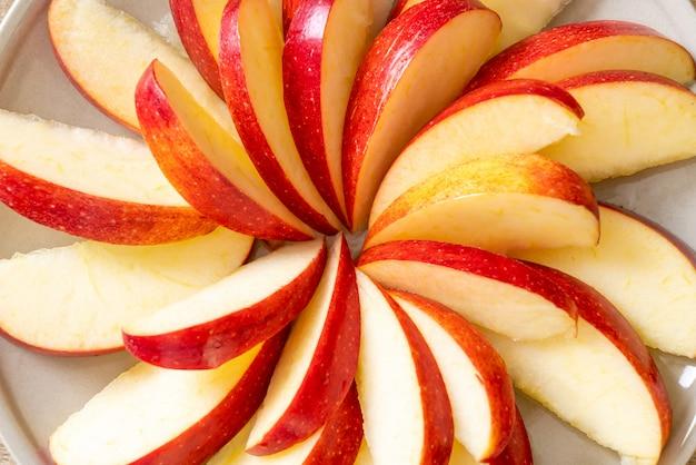 プレート上の新鮮なリンゴのスライス