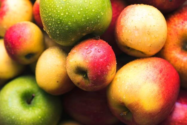 Свежие яблоки в миске