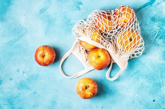 Свежие яблоки в сетчатом мешочке