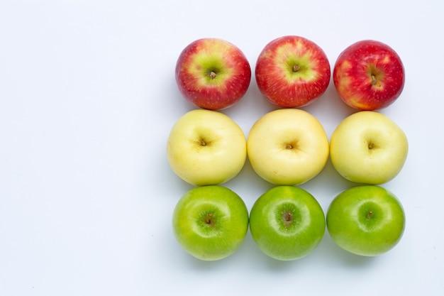 Изолированные свежие яблоки
