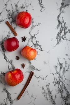 Свежие яблоки на светлом фоне