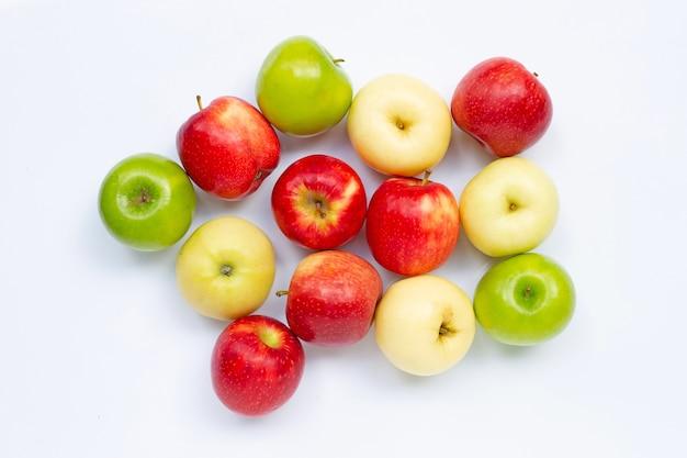 Свежие яблоки на белом. вид сверху
