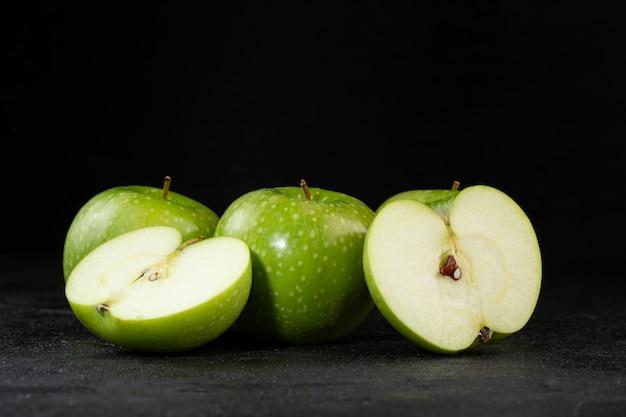 Свежие яблоки несколько спелых спелых сочных половин, изолированных на серый