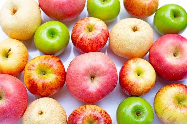 分離された白に中国梨と新鮮なリンゴ。上面図