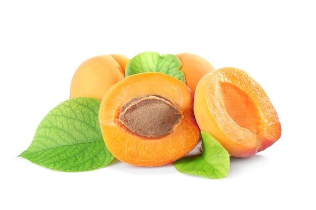 Свежие абрикосы, изолированные на белом