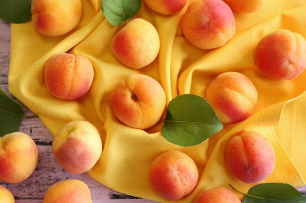 Свежие абрикосы на желтой салфетке