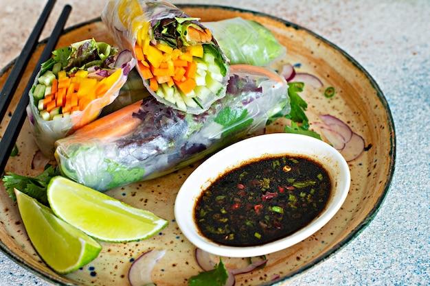 Свежая азиатская закуска спринг-роллы (нем) из рисовой бумаги и сырых овощей
