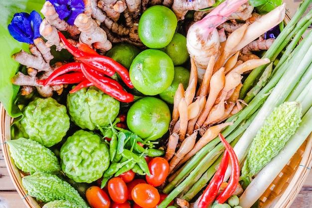 竹かごの中の新鮮なアジアのハーブと辛い食材の食べ物