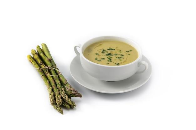 ボウルに新鮮なアスパラガスのスープ