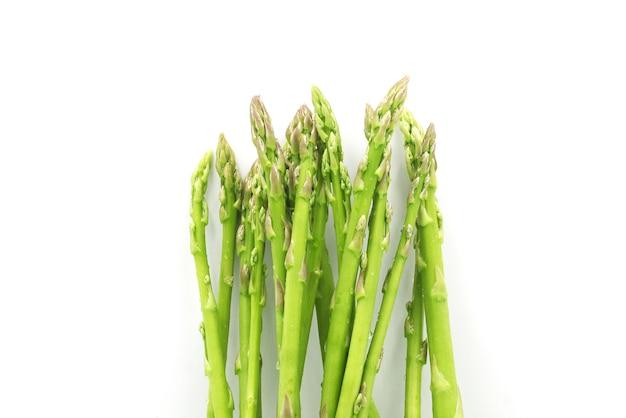 白で隔離される新鮮なアスパラガス野菜