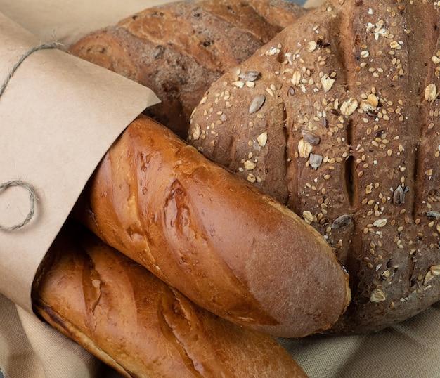 焼きたてのパンとバゲットのクローズアップ、上面図。