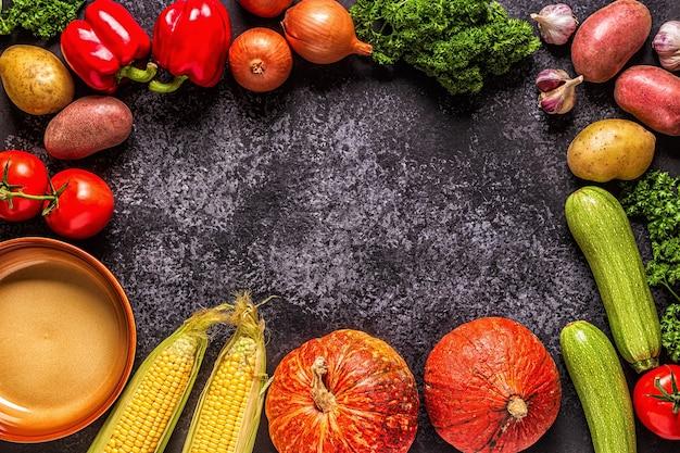 Свежие осенние овощи для приготовления на темном фоне
