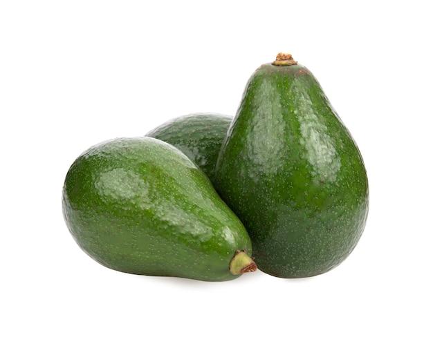 Свежие фрукты авокадо, изолированные на белом фоне