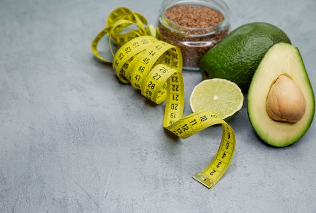 Свежий авокадо с рулеткой