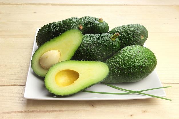 Свежие авокадо в лотке