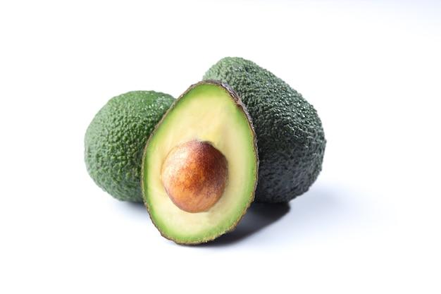 Свежие авокадо, изолированные на белом фоне.