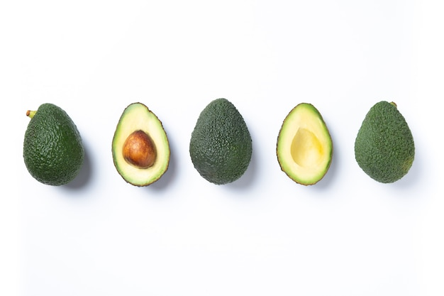 Набор кусочков свежего авокадо, изолированные на белом фоне. вид сверху.