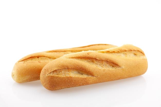 신선한 바게트 빵 흰색 배경에 고립입니다.