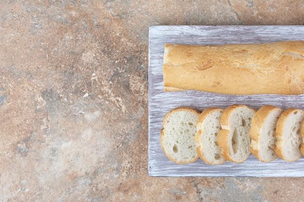 木の板に焼きたてのバゲットパン