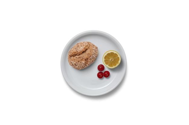 Свежеиспеченный хлеб и ломтик лимона на завтрак