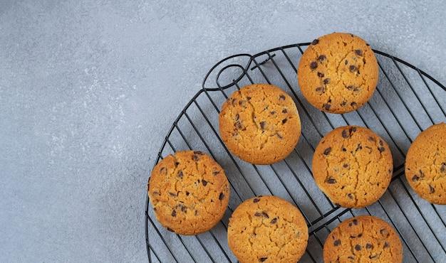 Свежее испеченное шоколадное печенье на охлаждающей решетке