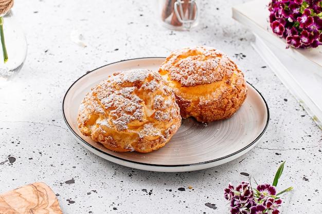 Пирожные из свежеиспеченного заварного теста с сахаром
